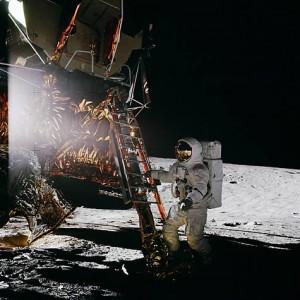 Al_Bean_stepping_on_moon